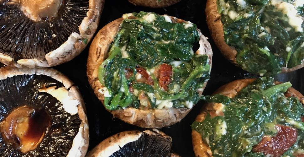 Pieczarki nadziewane szpinakiem z alternatywą sera feta i suszonymi pomidorami